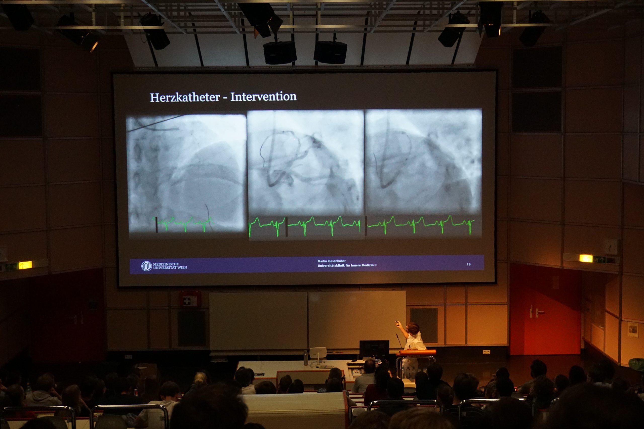 Foto des Hörsaals mit Herzkatheter-Beispielslide